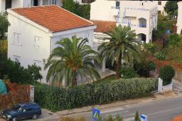 Фасад дома. Черногория, Будва : Этаж дома c гостиной, тремя спальнями и террасой