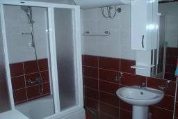 Ванная комната. Черногория, Будва : Этаж дома c гостиной, тремя спальнями и террасой