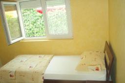 Спальня 2. Черногория, Будва : Этаж дома c гостиной, тремя спальнями и террасой