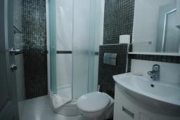 Ванная комната. Черногория, Рафаиловичи : Студио №12 на мансарде с видом на море