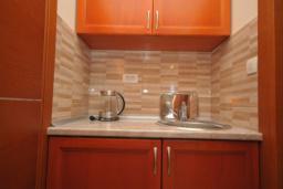 Кухня. Черногория, Рафаиловичи : Студио №701 с видом на море