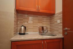 Кухня. Черногория, Рафаиловичи : Студио №702 с видом на море