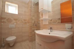 Ванная комната. Черногория, Рафаиловичи : Студио №703 с видом на море