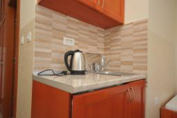 Кухня. Черногория, Рафаиловичи : Студио №703 с видом на море