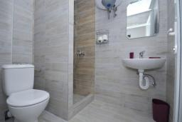 Ванная комната. Черногория, Рафаиловичи : Четырехместный номер №4 (Dbl+ex.bed/STD)