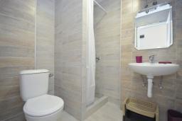 Ванная комната. Черногория, Рафаиловичи : Четырехместный номер с видом на море (Dbl+ex.bed/SV)
