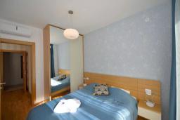 Спальня. Черногория, Котор : Апартамент в 20 метрах от пляжа, с гостиной, отдельной спальней и террасой