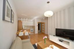 Гостиная. Черногория, Котор : Апартамент в 20 метрах от пляжа, с гостиной, отдельной спальней и террасой