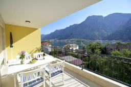 Балкон. Черногория, Котор : Апартамент в 20 метрах от пляжа c балконом и видом на море, с гостиной, 2-мя спальнями и 2-мя ванными комнатами