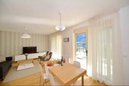 Гостиная. Черногория, Котор : Апартамент в 20 метрах от пляжа c балконом и видом на море, с гостиной, 2-мя спальнями и 2-мя ванными комнатами