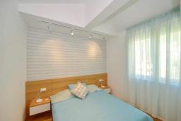 Спальня 2. Черногория, Котор : Апартамент в 20 метрах от пляжа c балконом и видом на море, с гостиной, 2-мя спальнями и 2-мя ванными комнатами