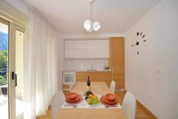 Кухня. Черногория, Котор : Апартамент в 20 метрах от пляжа c балконом и видом на море, с гостиной, 2-мя спальнями и 2-мя ванными комнатами
