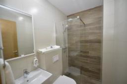 Ванная комната. Черногория, Котор : Апартамент в 20 метрах от пляжа c балконом и видом на море, с гостиной, 2-мя спальнями и 2-мя ванными комнатами