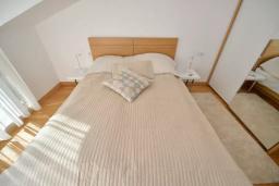 Спальня. Черногория, Котор : Апартамент в 20 метрах от пляжа c балконом и видом на море, с гостиной, 2-мя спальнями и 2-мя ванными комнатами