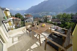 Балкон. Черногория, Котор : Апартамент в 20 метрах от пляжа c балконом и видом на море, с гостиной, 3-мя спальнями и 2-мя ванными комнатами