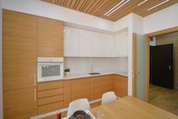Кухня. Черногория, Котор : Апартамент в 20 метрах от пляжа c балконом и видом на море, с гостиной, 3-мя спальнями и 2-мя ванными комнатами