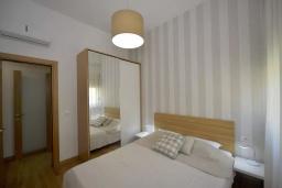 Спальня. Черногория, Котор : Апартамент в 20 метрах от пляжа c балконом и видом на море, с гостиной, 3-мя спальнями и 2-мя ванными комнатами