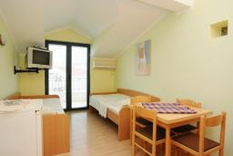 Спальня. Черногория, Будва : Апартамент на мансарде с отдельной спальней (№11 AP P04)
