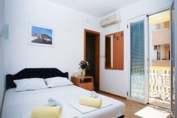 Спальня. Черногория, Будва : Улучшенный двухместный номер с балконом