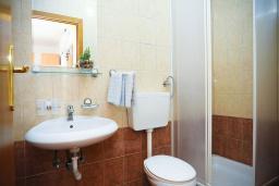 Ванная комната. Черногория, Будва : Улучшенный двухместный номер с балконом