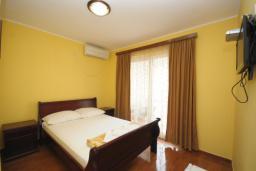 Спальня. Черногория, Будва : Двухместный номер с балконом (№203 DBL std)
