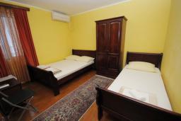 Спальня. Черногория, Будва : Трехместный номер (№205 DBL+ex.bed)