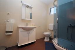 Ванная комната. Черногория, Будва : Трехместный номер (№205 DBL+ex.bed)