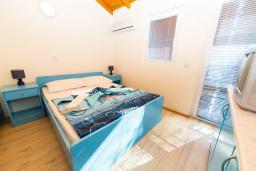 Спальня. Черногория, Рафаиловичи : Двухместный номер с балконом