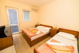 Спальня. Черногория, Рафаиловичи : Трехместный номер с балконом