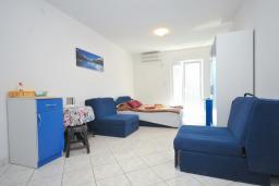 Студия (гостиная+кухня). Черногория, Рафаиловичи : Трехместная студия с видом на море, на втором этаже (№8 Studio 03)