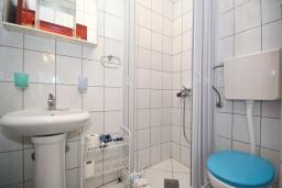 Ванная комната. Черногория, Рафаиловичи : Трехместная студия с видом на море, на втором этаже (№8 Studio 03)