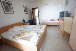 Спальня. Черногория, Святой Стефан : Апартамент с 2-мя спальнями и видом на море, на 1 этаже (№2 APP 04 SV)
