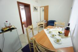 Гостиная. Черногория, Святой Стефан : Апартамент с 2-мя спальнями и видом на море, на 1 этаже (№2 APP 04 SV)