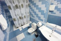 Ванная комната. Черногория, Святой Стефан : Апартамент с 2-мя спальнями и видом на море, на 1 этаже (№2 APP 04 SV)