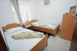 Спальня 2. Черногория, Святой Стефан : Апартамент с 2-мя спальнями и видом на море, на 1 этаже (№2 APP 04 SV)