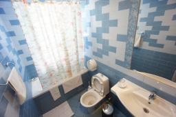 Ванная комната. Черногория, Святой Стефан : Апартамент с 2-мя спальнями и видом на море, на 1 этаже (№3 АРР 04 SV)