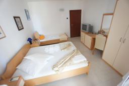 Спальня. Черногория, Святой Стефан : Апартамент с 2-мя спальнями и видом на море, на 1 этаже (№3 АРР 04 SV)