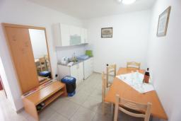 Кухня. Черногория, Святой Стефан : Люкс апартамент с 2-мя спальнями и видом на море, на 2 этаже (№7 АРР 04 Lux SV)