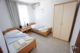 Спальня 2. Черногория, Святой Стефан : Люкс апартамент с 2-мя спальнями и видом на море, на 2 этаже (№7 АРР 04 Lux SV)