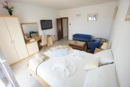 Спальня. Черногория, Святой Стефан : Люкс апартамент с 2-мя спальнями и видом на море, на 2 этаже (№7 АРР 04 Lux SV)