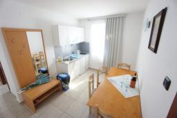 Кухня. Черногория, Святой Стефан : Люкс апартамент с 2-мя спальнями и видом на море, на 2 этаже (№8 АРР 04 Lux SV)