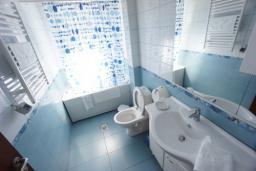 Ванная комната. Черногория, Святой Стефан : Люкс апартамент с 2-мя спальнями и видом на море, на 2 этаже (№8 АРР 04 Lux SV)