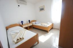 Спальня 2. Черногория, Святой Стефан : Люкс апартамент с 2-мя спальнями и видом на море, на 2 этаже (№8 АРР 04 Lux SV)