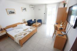 Спальня. Черногория, Святой Стефан : Люкс апартамент с 2-мя спальнями и видом на море, на 2 этаже (№8 АРР 04 Lux SV)