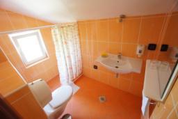 Ванная комната. Черногория, Святой Стефан : Студия с видом на море, на 3 этаже (№5 STUDIO 02 SV)