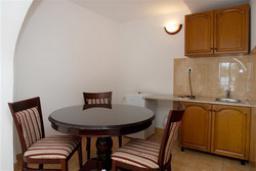 Студия (гостиная+кухня). Черногория, Святой Стефан : Трехместная студия с видом на море, на 1 этаже (№1 STUDIO 03/SV)