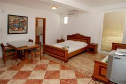 Студия (гостиная+кухня). Черногория, Святой Стефан : Трехместная студия с видом на сад, на 4 этаже (№8 STUDIO 02+1/PV)
