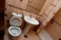 Ванная комната. Черногория, Святой Стефан : Трехместная студия с видом на сад, на 4 этаже (№8 STUDIO 02+1/PV)