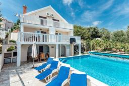 Фасад дома. Черногория, Герцег-Нови : Вилла с бассейном и шикарным видом на море, большая гостиная, 3 спальни, 3 ванные комнаты, дворик, парковка, Wi-Fi