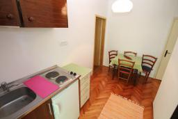 Кухня. Черногория, Будва : Апартамент на первом этаже с двумя спальнями и террасой